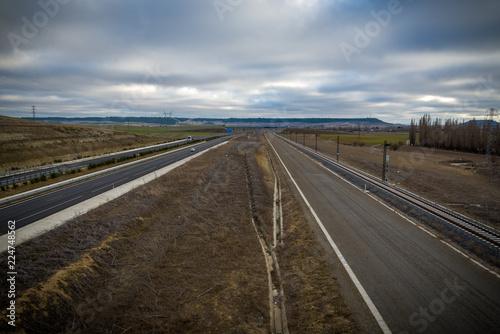 Autovía en el campo en otoño