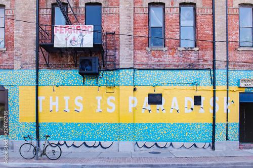 Naklejka premium To rajska sztuka uliczna