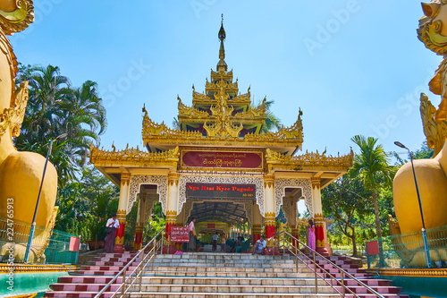 Spoed Foto op Canvas Bedehuis The entrance gate of Ngar Htat Gyi Buddha Temple, Yangon, Myanmar