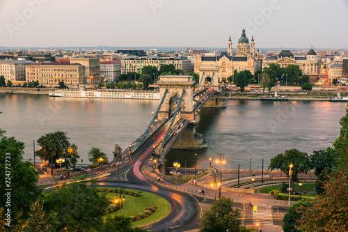 Fotografia  Puente de las Cadenas al atardecer, Budapest - Hungria
