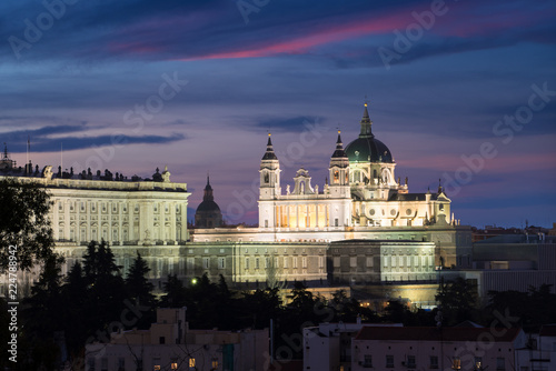 In de dag Madrid Almudena Cathedral (Santa Maria la Real de La Almudena) is a Catholic church in Madrid, Spain at night. It is the seat of the Roman Catholic Archdiocese of Madrid.