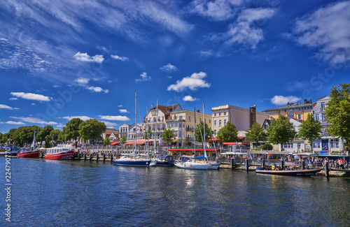 Fotografía  Warnemünde, Rostock, Germany A view of the canal that runs through the center of