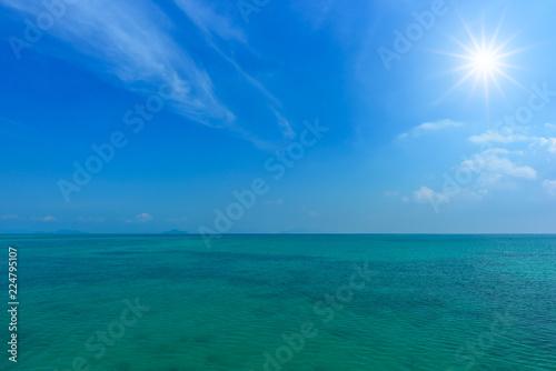 Staande foto Zee / Oceaan Tropical sea and blue sky with sun.