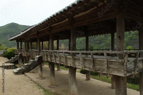 Tuinposter Weg in bos Byeongsanseowon Confucian Academy