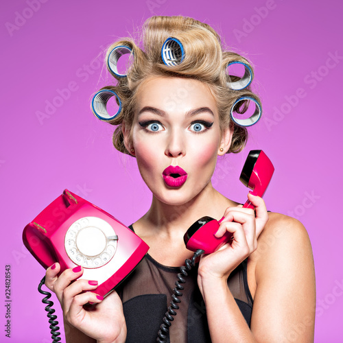 Photo young woman with wonder face holds retro phone