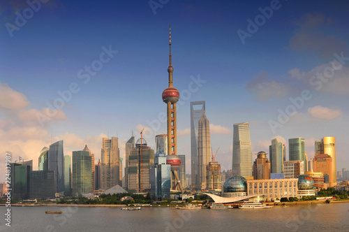 Foto auf Leinwand Shanghai Shanghai skyline, view of Pudong and the Oriental earl Tower, China.