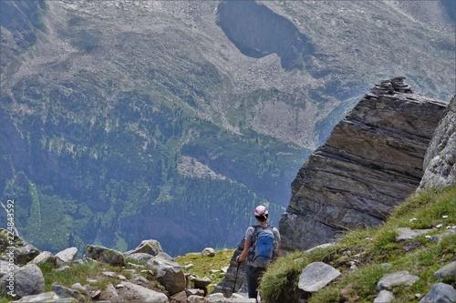 turysta-w-gorach-ze-wspanialym-widokiem-na-plaskowyz