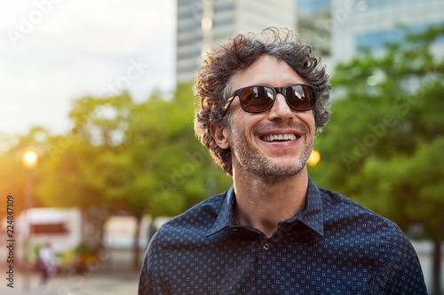 Fotografiet Happy man wearing sunglasses