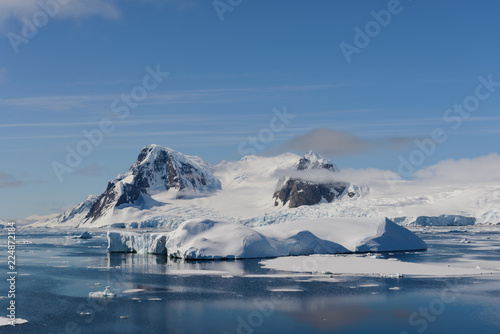 Foto op Plexiglas Antarctica Antarctic landscape with mountains and reflection