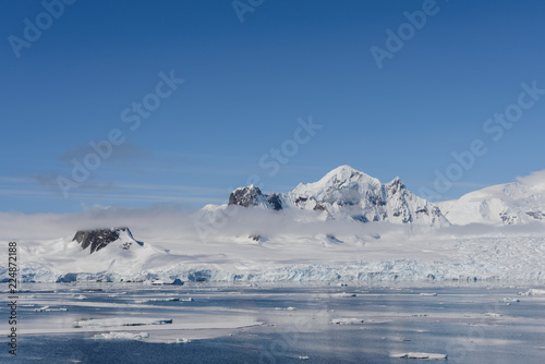 Spoed Foto op Canvas Antarctica Antarctic landscape with mountains and reflection