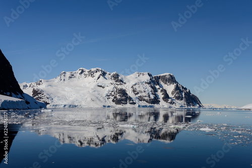 Poster Donkergrijs Antarctic landscape with mountains and reflection