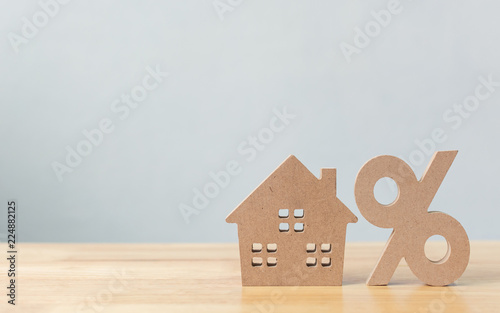 Pinturas sobre lienzo  Percentage and house sign symbol icon wooden on wood table with white background