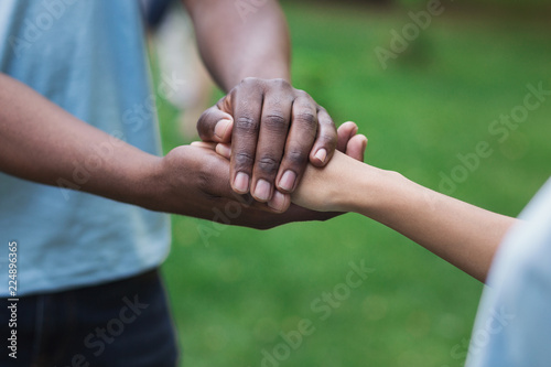 Fotografía  Close-up image of supporting hands of friend
