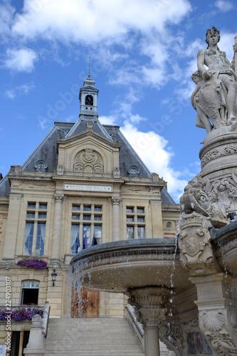 Fotobehang Fontaine Vue sur l'Hôtel de Ville d'Evreux - France