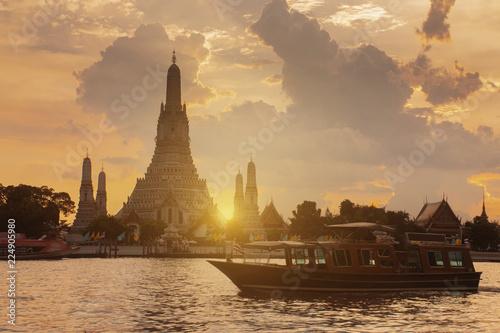 Spoed Foto op Canvas Bedehuis Beautiful Landmark of Bangkok, Thailand. This is Wat Arun temple during sunset.