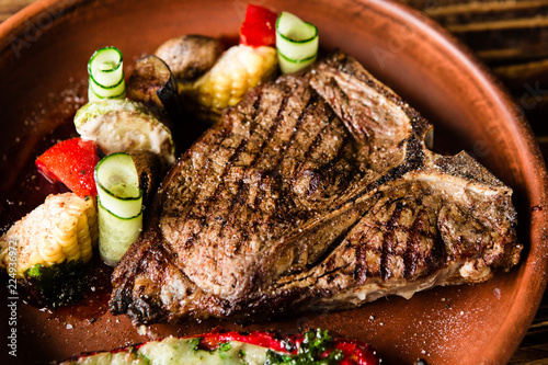 Papiers peints Steakhouse chic delicious steak with vegetable garnish