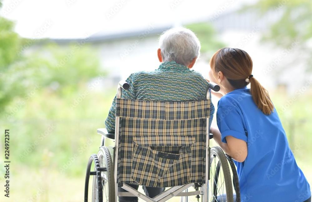 Fototapeta 老人介護施設・テラスでくつろぐ母