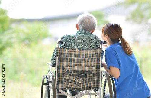 Fotomural 老人介護施設・テラスでくつろぐ母