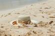 Sombrero de mujer con lazo sobre la arena