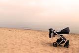 dziecięcy wózek stojący na plaży