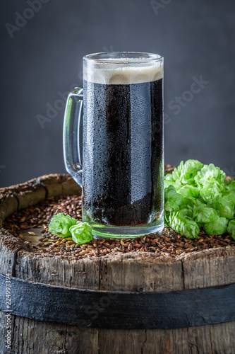 Staande foto Bier / Cider Fresh dark beer with wheat and hops