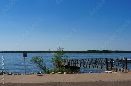 Photo Boat dock and bridge at the Lake Thunderbird State Park on a cloudless day