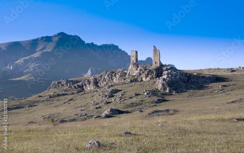 Zdjęcie XXL Górski krajobraz, stara twierdza stoi w górach.