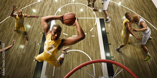 Photo Basketball players on big professional arena during the game