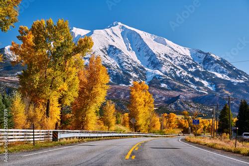 autostrada-w-kolorado-gorach-skalistych-na-jesieni