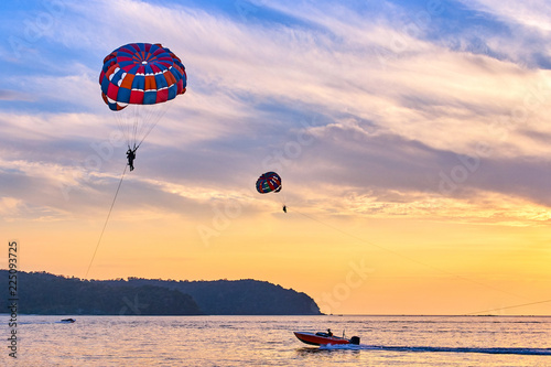 Poster de jardin Aerien Parasailing at sunset