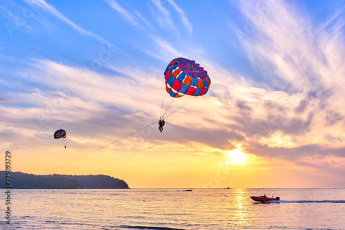 Foto op Canvas Luchtsport Parasailing at sunset