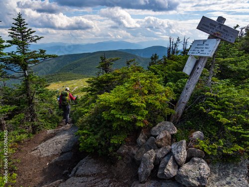 Foto Hiker on Appalachian Trail in Maine, Lush Mountain Vista, Wooden Trail Sign