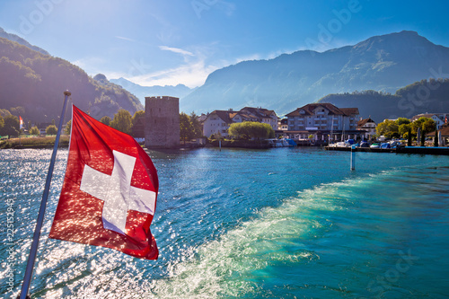 Photographie  Lake Luzern boat flowing from Stansstad village with Swiss flag