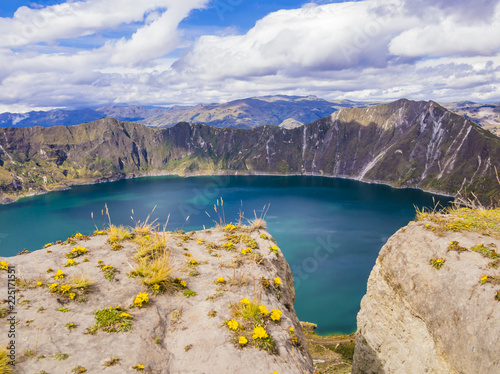 Staande foto Zuid-Amerika land Stunning view of Quilotoa lagoon, volcanic crater lake in Ecuador