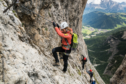 Fotografia  four mountain climbers on a Via Ferrata in the Dolomites in Alta Badia