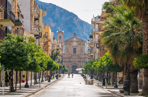 Photo Corso Umberto I in Bagheria, with the Madrice Church in the background