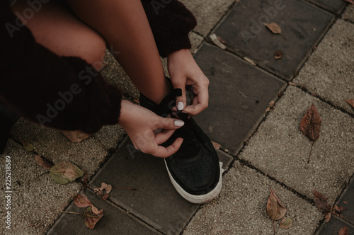 Fotografía  Woman tying shoelaces after exercises