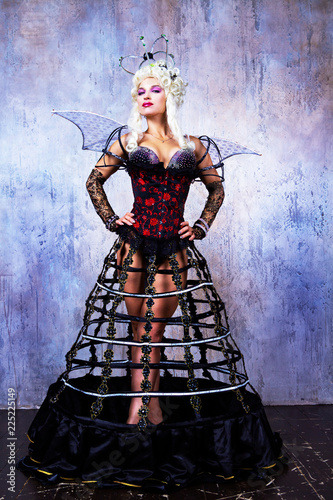 model wearing Halloween costume of a queen Fotobehang