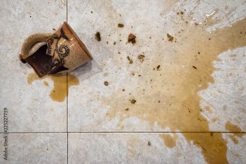 Fotografia  Shattered Coffee Mug on Kitchen Floor