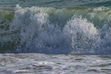 olas de mar verdes y azules de playa granadina la herradura