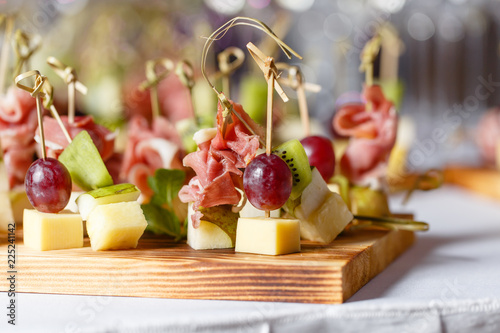 Photo Light snacks in a plate on a buffet table