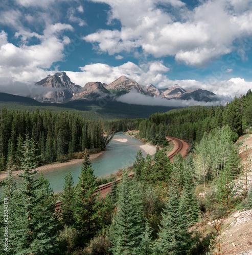 Puste tory kolejowe w pobliżu Lake Louise Banff