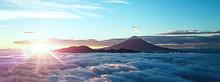 富士山を取り巻く雲海と朝日