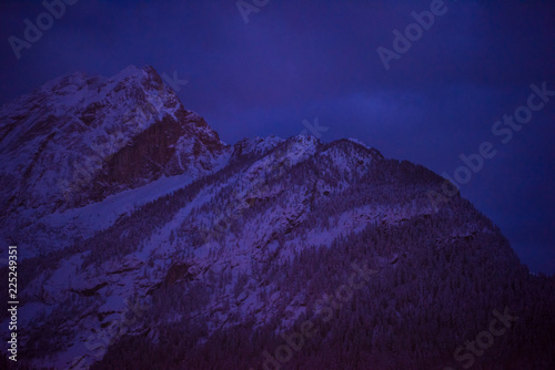 Cadres-photo bureau Violet mountain village in alps at night