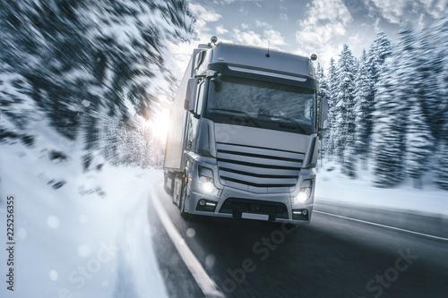 LKW auf einer verschneiten Landstraße