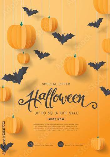 Fotografía  Happy Halloween calligraphy with paper bats and pumpkins