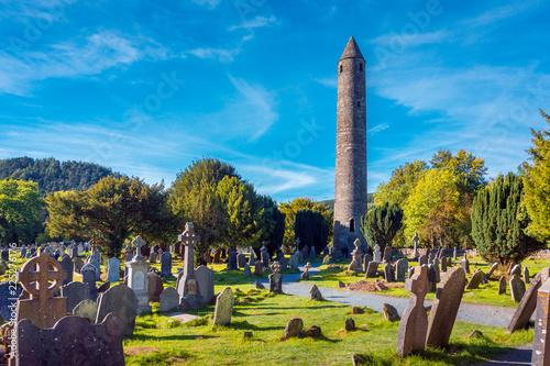 Zdjęcie XXL Kamienna okrągła wieża i ruiny klasztornej osady pierwotnie zbudowanej w VI wieku w dolinie Glendalough, hrabstwo Wicklow, Irlandia