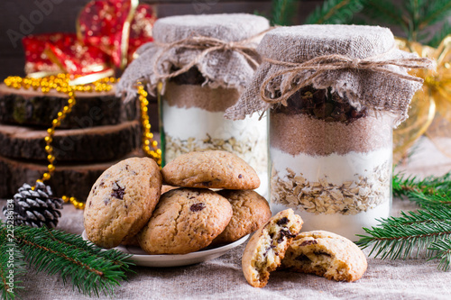 Foto Chocolate chips cookie mix in glass jar