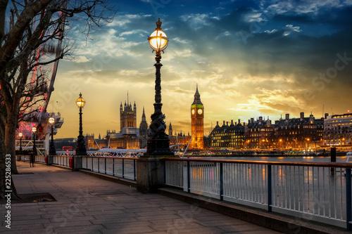 fototapeta na szkło Blick über die Themse auf den Big Ben Turm und den Westminster Palast in London bei Sonnenuntergang. Großbritannien