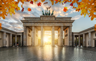 Fototapeta Das Brandenburger Tor in Berlin im goldenen Herbst bei Sonnenuntergang